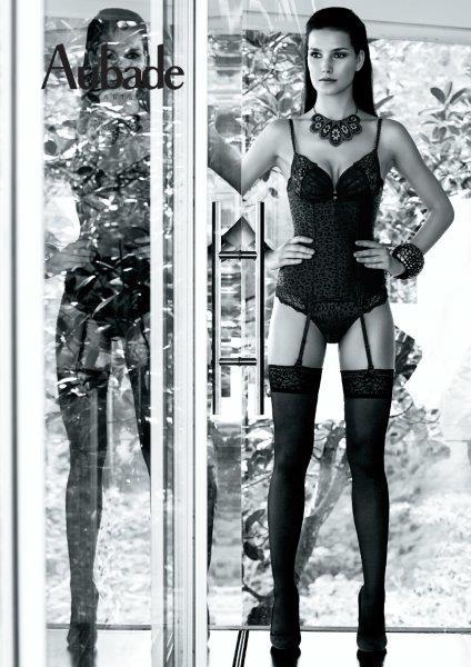 PASSION MEXICAINE Mujer fatal que pone de relieve sus cualidades y se ríe de los justicieros: tal sería el icono de esta línea de excepción. Piel de animal trabajada sobre satén negro en contraste mate-brillante, combinada con un encaje Leavers de Calais y bandas de tul que pasan por joyas metálicas. Zorro
