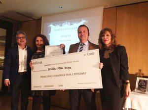 Los felices ganadores del primer premio al escaparate de BEGOÑA MODA INTIMA con Luís Blanco y Azucena García de FELINA ESPAÑA
